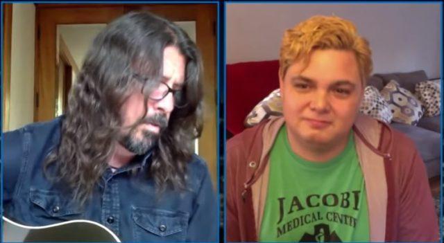 serenata do líder do Foo Fighters