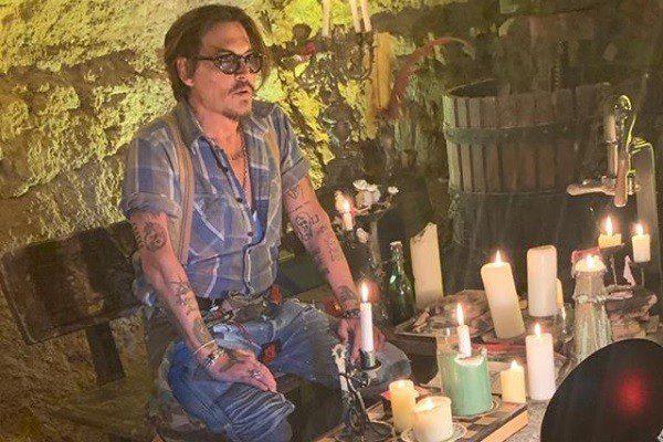 """Jeff Beck e Johnny Depp lançam versão de """"Isolation"""""""