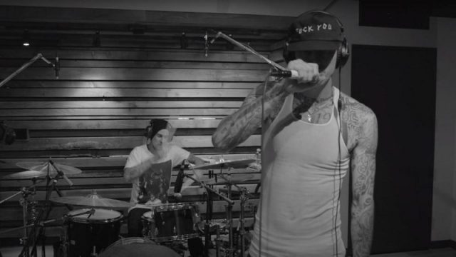 """Killing in the Name"", Travis Barker e Machine Gun Kelly"